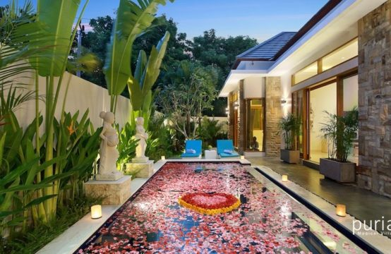 Holliday Villa - Romantic Flower Petals on the Pool and Bathtub