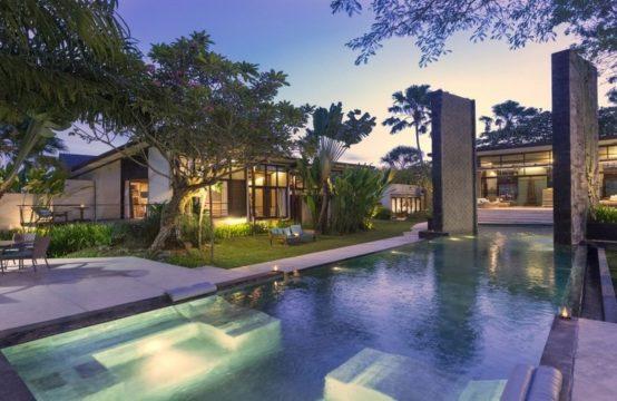 Villa Kouru - Pool and Villa at Night