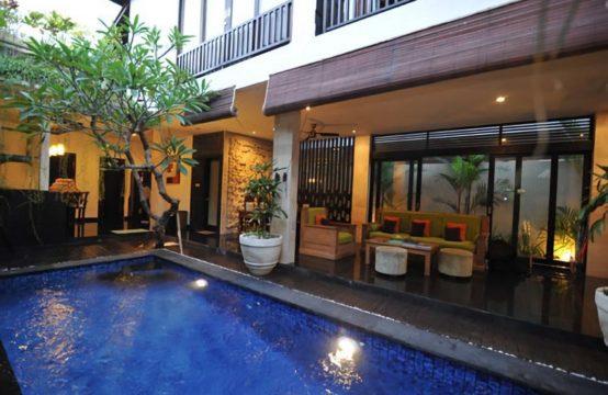 Villa Rajapala - Pool and Villa at Night
