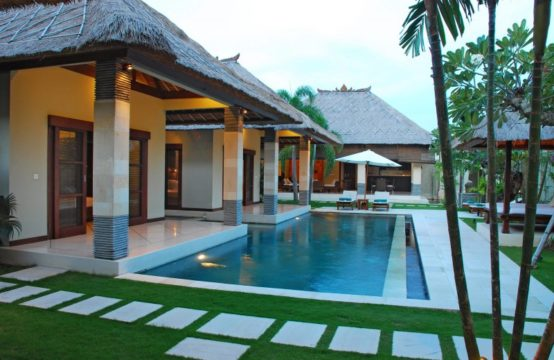 Villa Cinta - Pool and Villa at Night